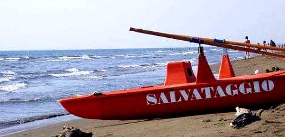 Turista rischia di annegare tra le onde alte a Camerota: salvato dai bagnini