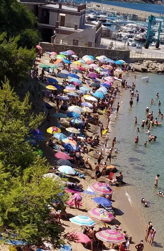 """Vacanze nelle due Costiere, la denuncia dei lettori: """"Assembramenti, zero controlli, rischio Covid"""""""