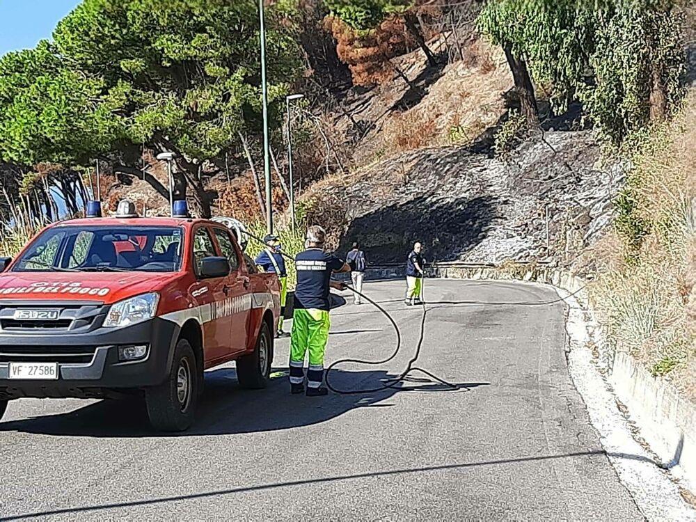 Incendi sulle montagne di Salerno, aperta un'inchiesta: si segue la pista dolosa