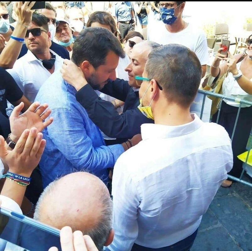 Salvini aggredito in Toscana, uno dei rosari strappati donato da parroco di Cava