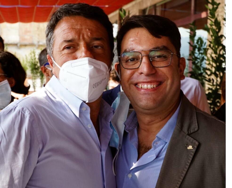 """Italia Viva, Renzi a Salerno lancia i candidati e poi scherza: """"Ma a frullino l'ha lasciato la fidanzata?"""""""