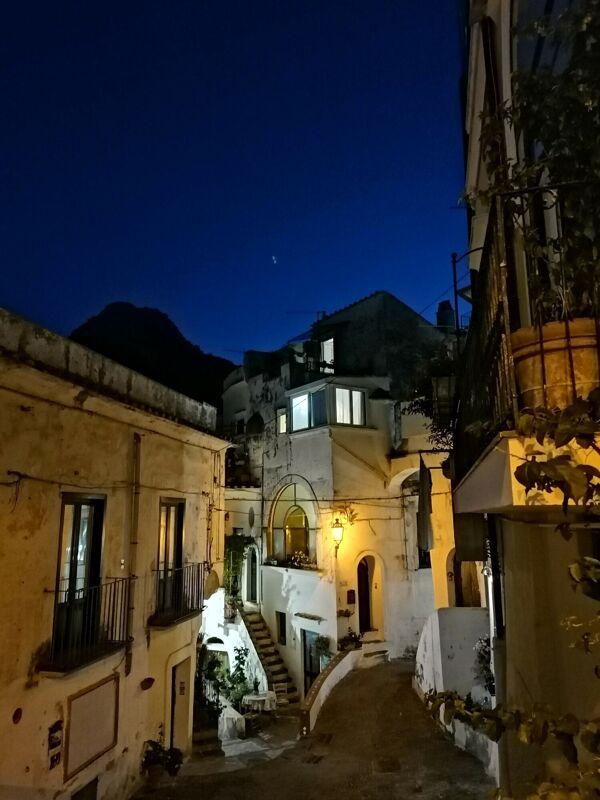 Il sentiero dei borghi vietresi al tramonto: comincia l'escursione sotto le stelle