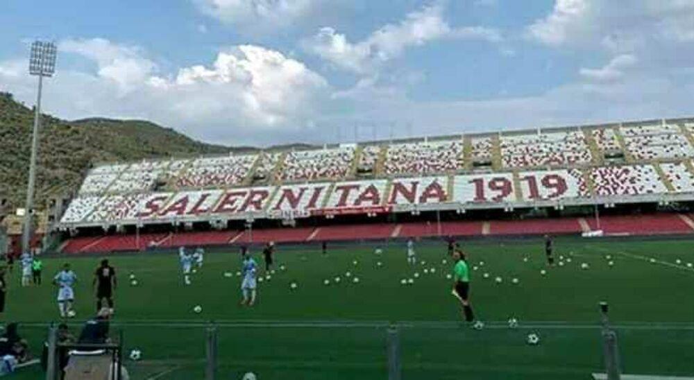 Bufera Salernitana: tifosi lanciano palloni in campo durante l'allenamento