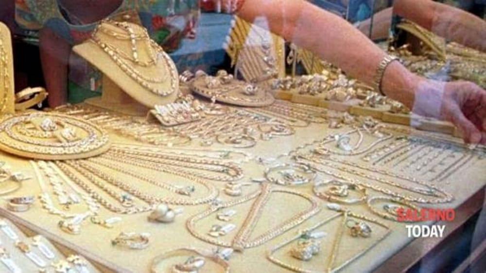 Sarno, tentano il furto in gioielleria: ladri in fuga