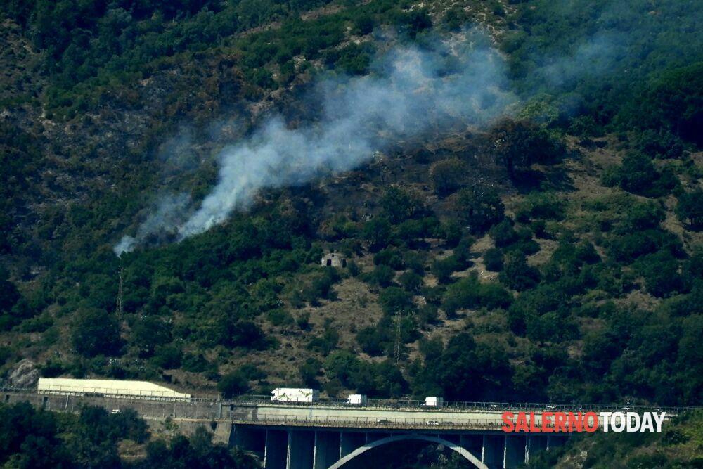 Nuovi focolai sulle montagne di Salerno, canadair in azione: paura vicino all'A3