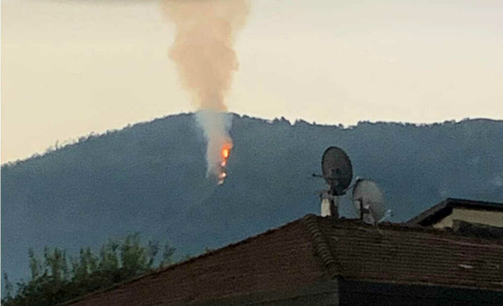 Incendio sulla montagna di Baronissi: i residenti spaventati chiamano i soccorsi