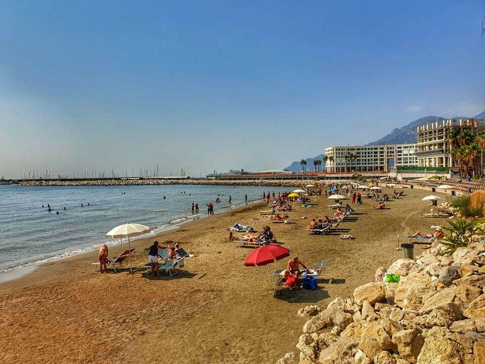 Caldo e afa: a Salerno l'estate continua, tutti a mare