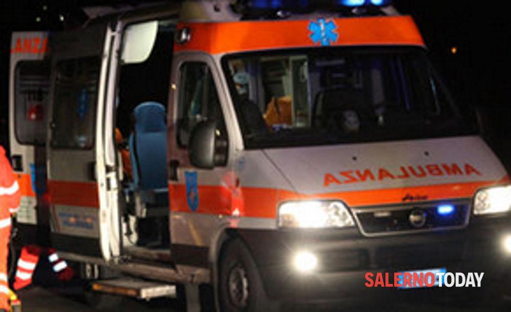 Incidente a Scafati, moto sbanda e finisce contro un container: grave 19enne