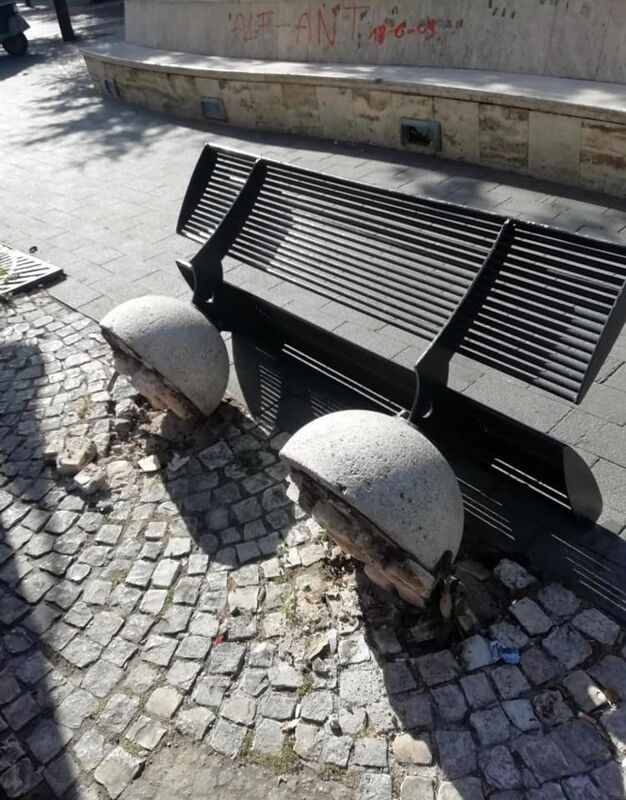 Panchina e pannello affissioni vandalizzati a Siano: l'ira del sindaco