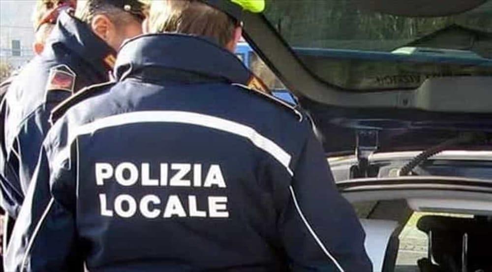 Sale sul cofano dell'auto della Polizia Municipale: denunciato 17enne ad Ascea