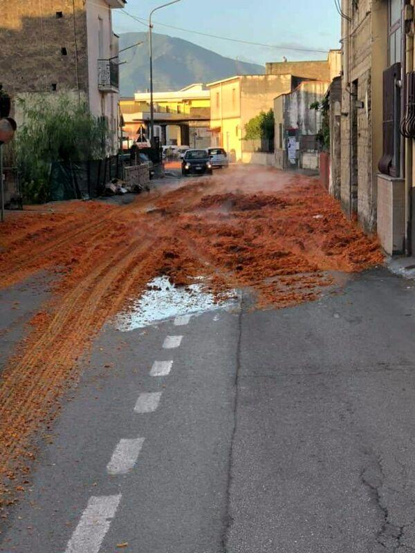 Perde carico di pomodori per strada, ma non si ferma e scappa: disagi a Sarno