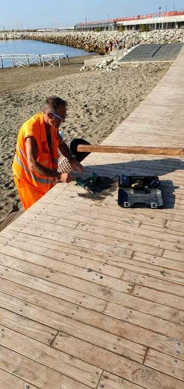 Vandali sul lungomare: al via la riparazione delle panchine e del solarium Santa Teresa