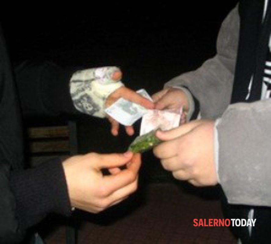 Spaccio di droga, fermato giovane a Sarno: notato via vai sospetto di persone