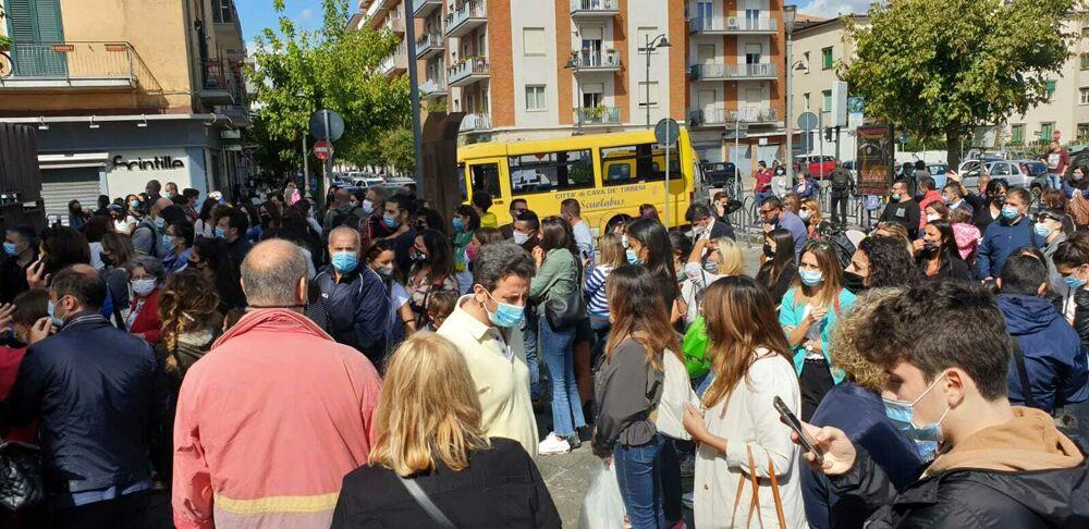 """Assembramenti davanti alle scuole a Cava, Cirielli (FdI): """"Dove sta l'amministrazione comunale?"""""""