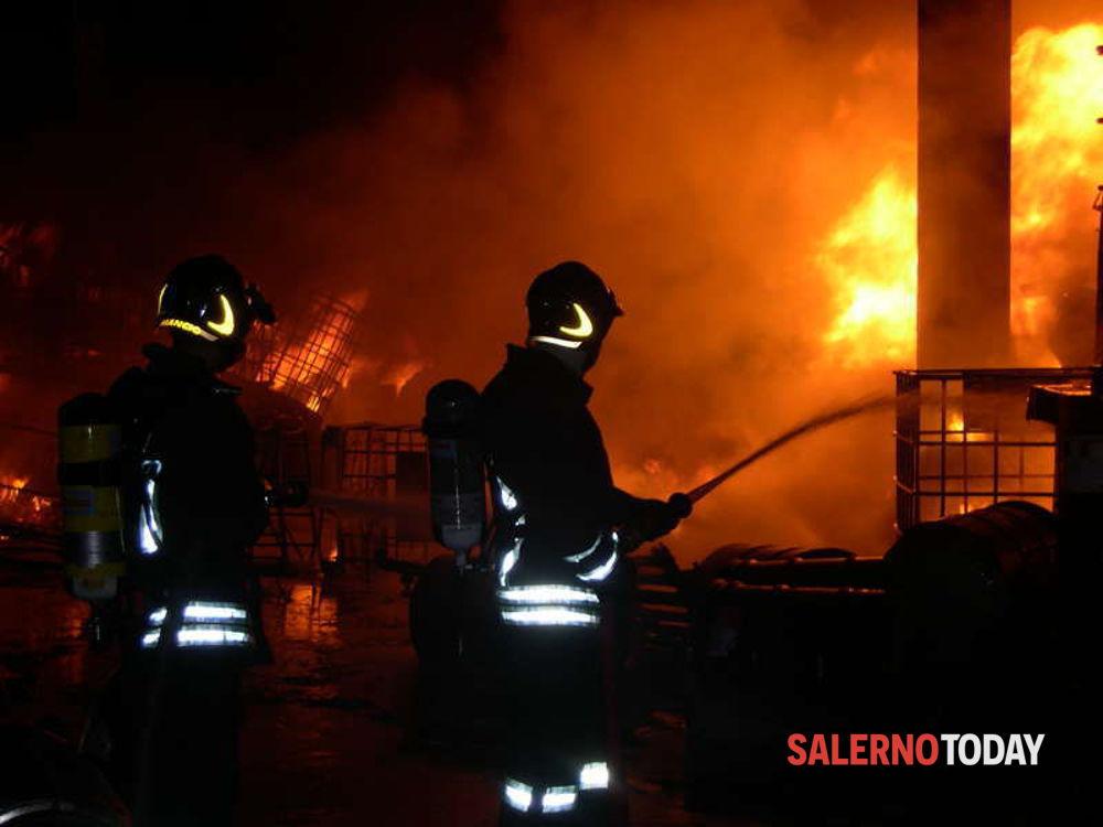 Cinque camion in fiamme in un'azienda alimentare, a San Marzano: si indaga