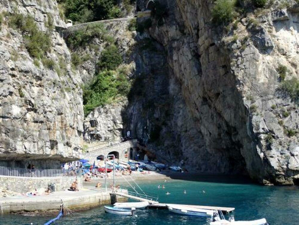 """Crollo di calcinacci a Praiano: chiusa la spiaggia de """"La Gavitella"""""""