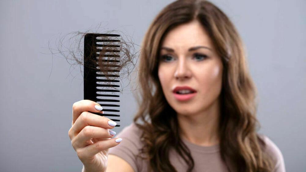 Cambio di stagione: i rimedi per contrastare la caduta dei capelli