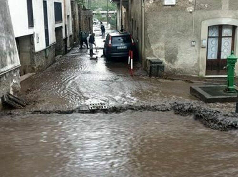 Maltempo, fiume di fango e detriti invade Castel San Giorgio: il video