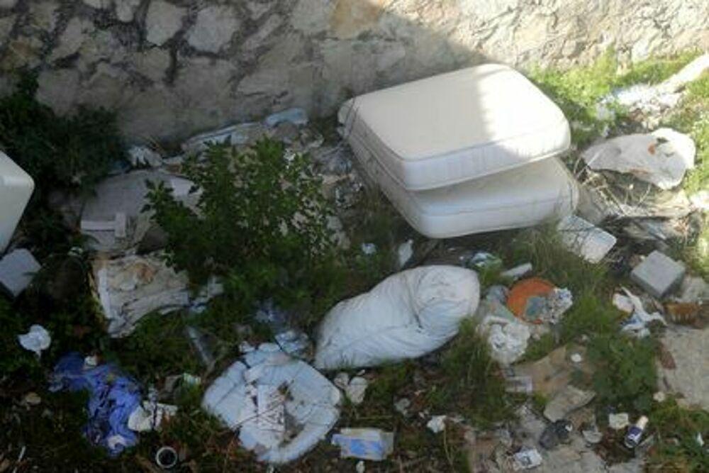 Degrado a Salerno: rifiuti abbandonati a Torrione e vicino al fiume Irno
