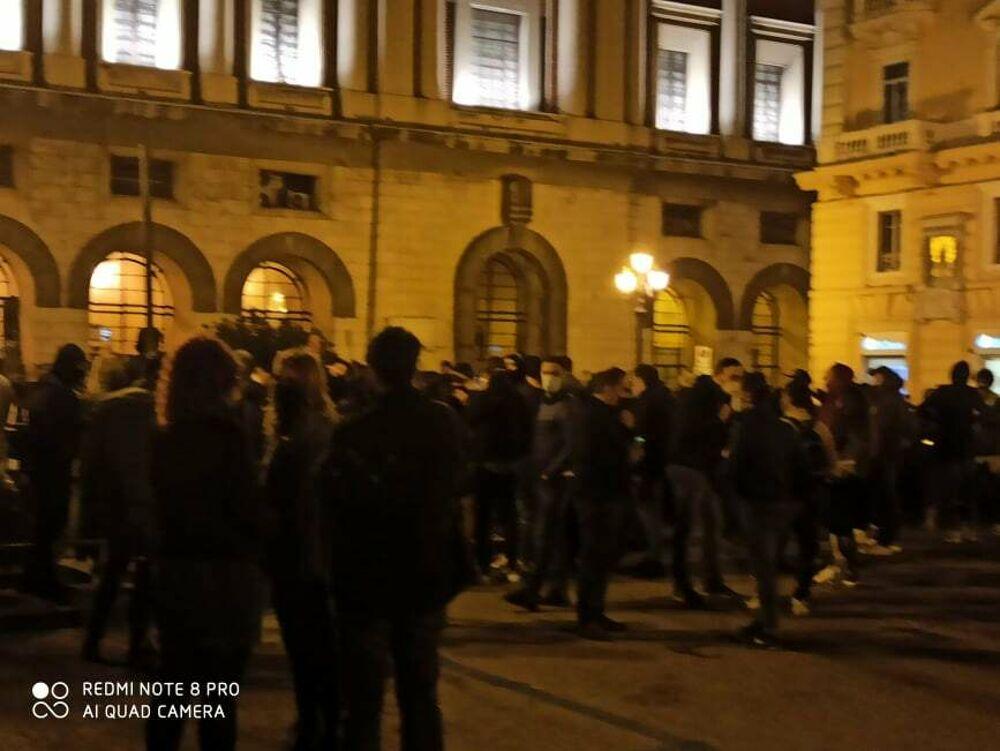 """Da piazza Amendola in via Carmine, manifestanti marciano """"contro De Luca"""": disordini e petardi"""