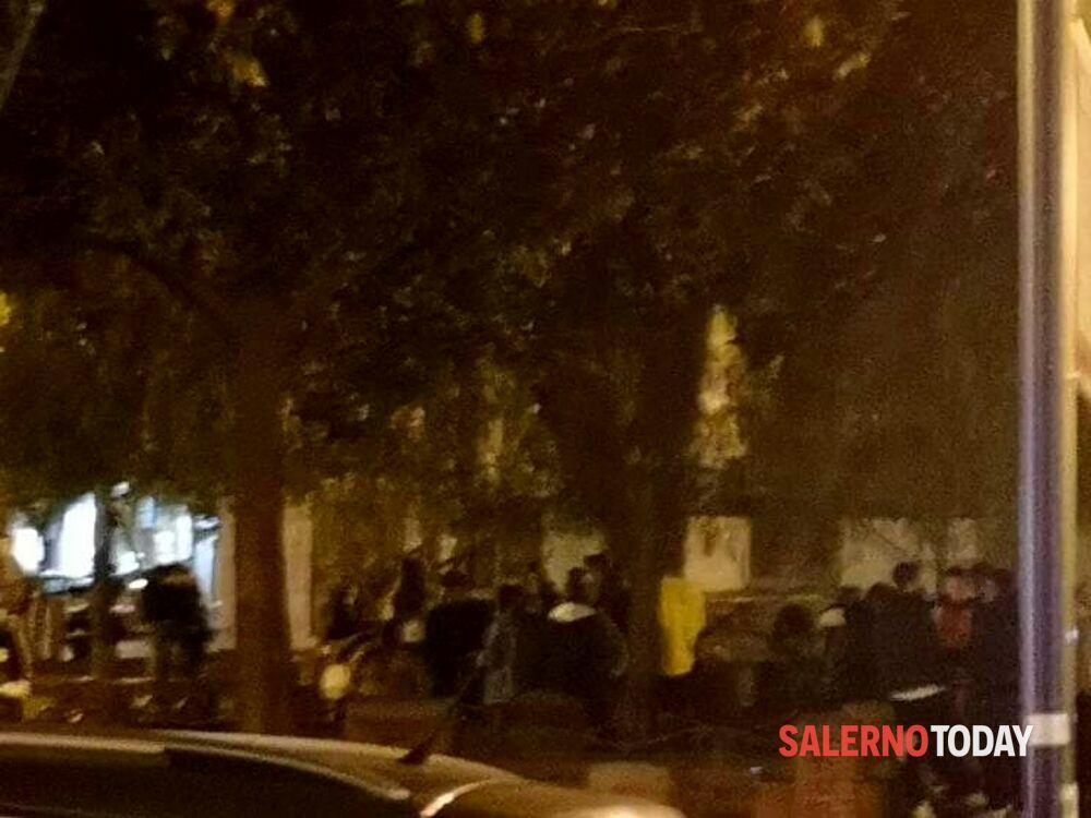 Locali chiusi e tensione per il contagio, ma i ragazzini si assembrano in piazza San Francesco: la denuncia