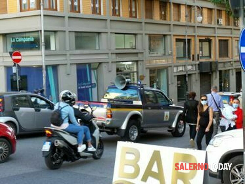 Covid-19 a Salerno, Protezione Civile con l'altoparlante ricorda l'obbligo della mascherina
