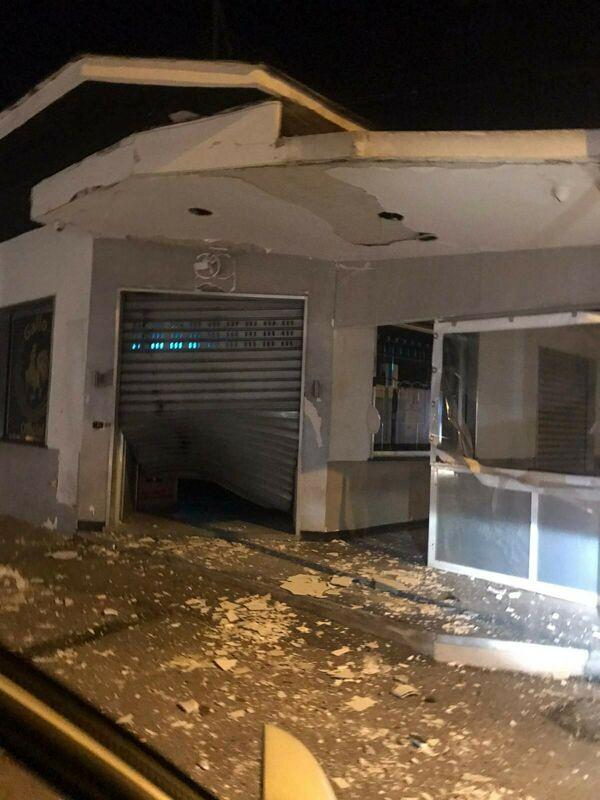 Esplosione in serata, bomba carta distrugge ingresso bar a Scafati