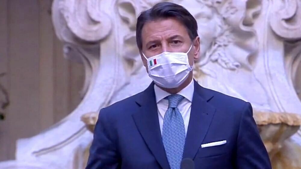 """Scuole chiuse in Campania, Conte: """"Non è la migliore soluzione"""". Ma Zingaretti: """"Bene De Luca"""""""