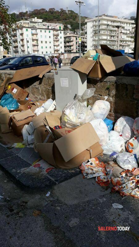 Torrione, micro discarica in via Robertelli: la denuncia dei residenti