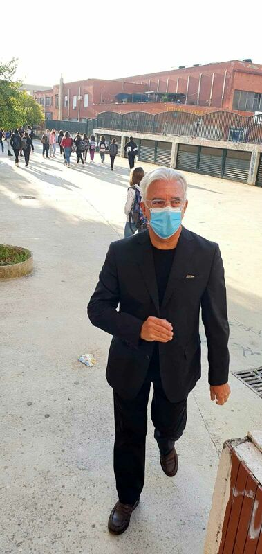 Covid-19 a Salerno, studenti senza mascherina: il sindaco presidia le scuole