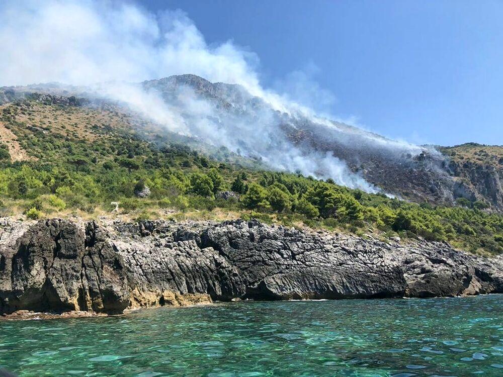 Prima l'incendio poi la frana, riaperto il tratto Sapri-Maratea lungo la SS18