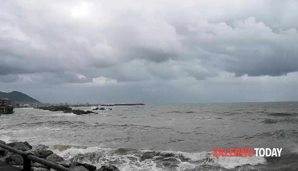 Mare agitato a Salerno: lo spettacolo delle onde sul lungomare
