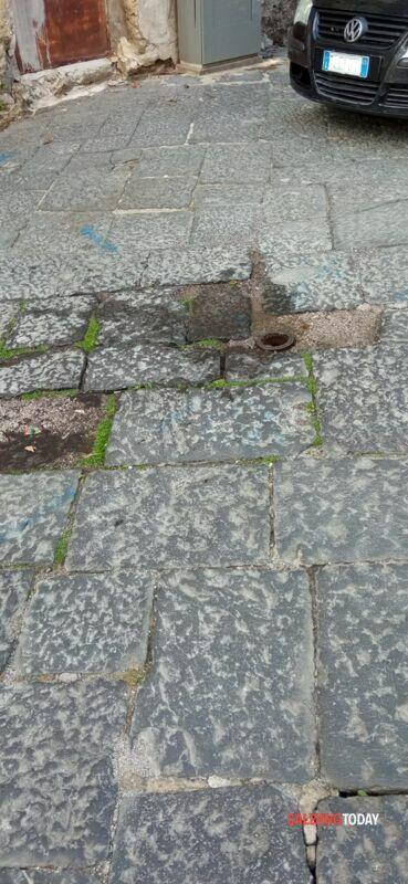 Disagi nel centro storico di Salerno: tubo rotto, perdita d'acqua