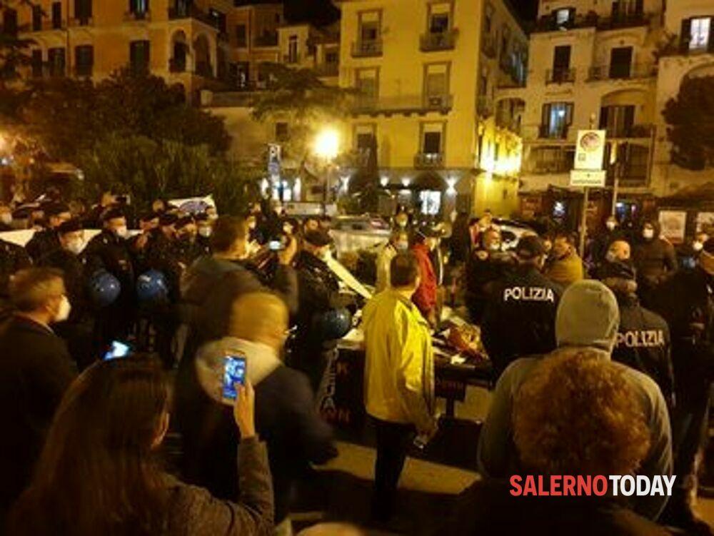 """""""Cena della libertà"""", tensione alla protesta dei commercianti di Salerno: arriva la Polizia"""