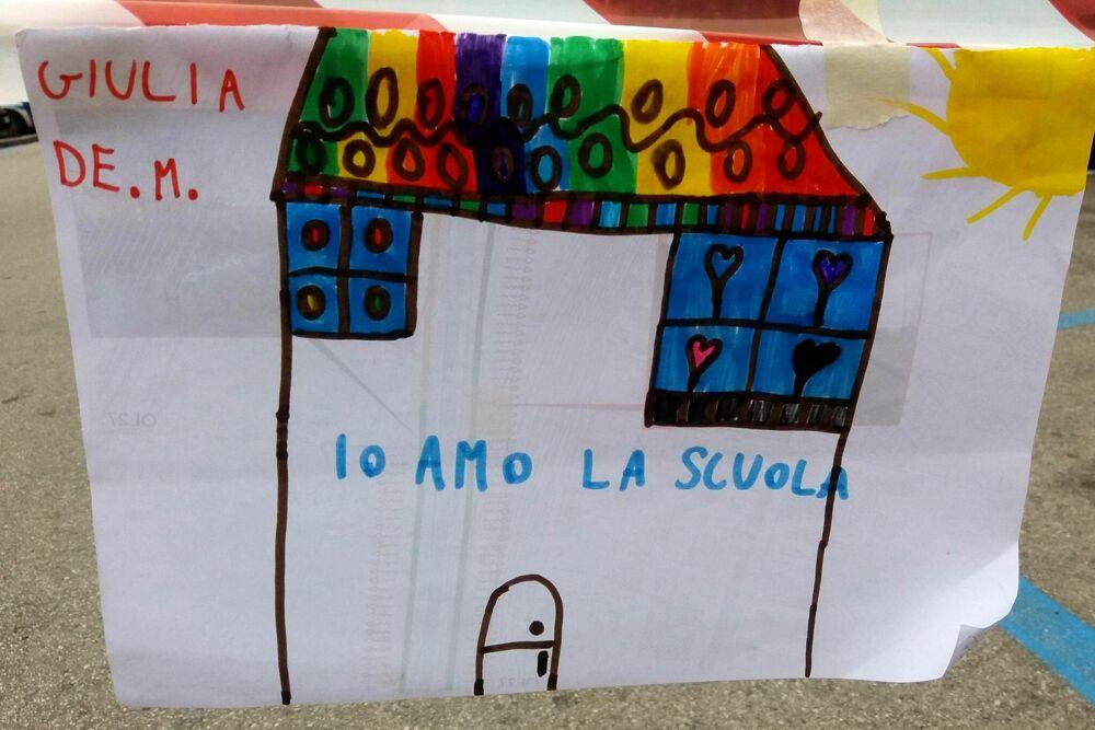 Disegni e striscioni per la riapertura della scuola: sindacati, genitori e alunni scendono in piazza a Salerno