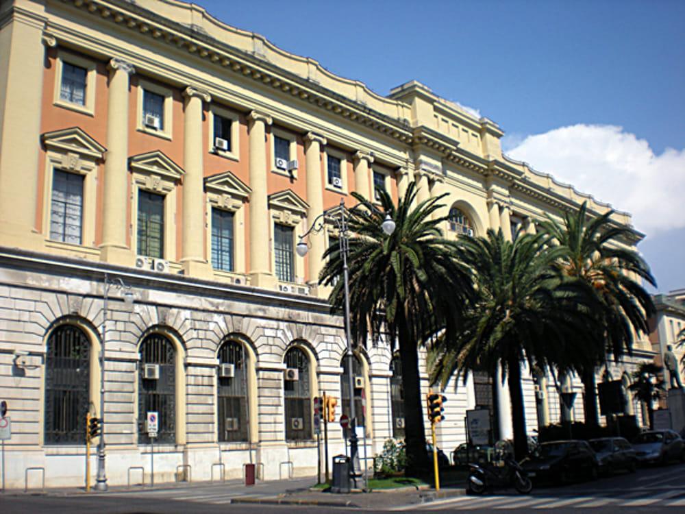 """""""Vengo nel bar e ti do una coltellata"""", minacciato barista di Salerno: a processo l'ex e la suocera"""