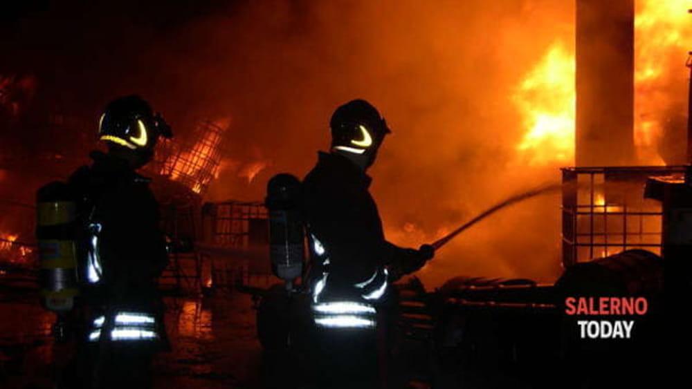 Paura in Costiera Amalfitana: in fiamme la vecchia cartiera