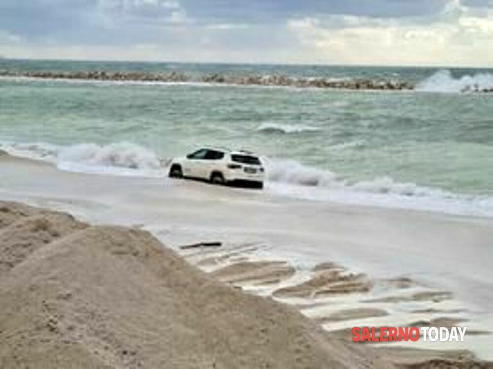 """Salerno, auto si """"arena"""" sulla spiaggia di Mercatello: foto e video"""
