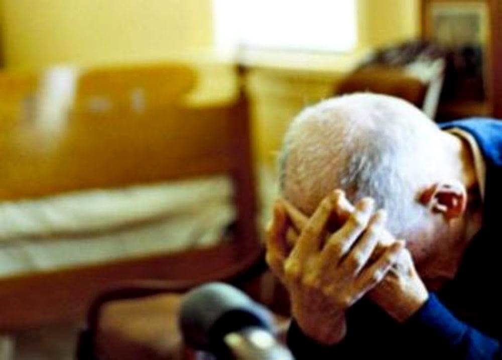 Picchiò il nonno per rubargli 170 euro a Cava: 23enne salernitano a processo