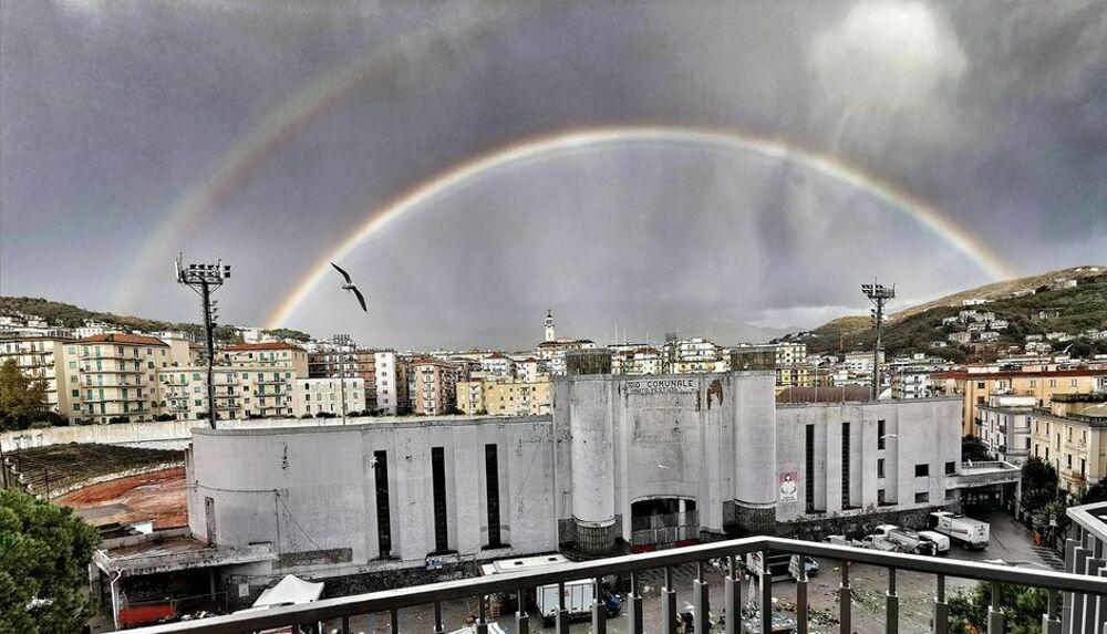 Maltempo, i salernitani incantati dal doppio arcobaleno: le foto