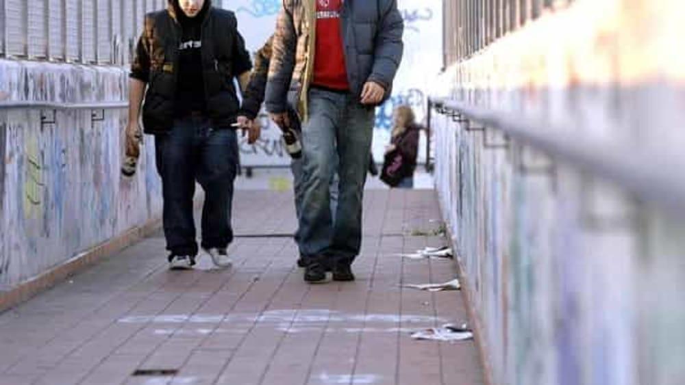 Salerno, in spiaggia con la fidanzata aggredito e pestato: il gruppo resta in comunità