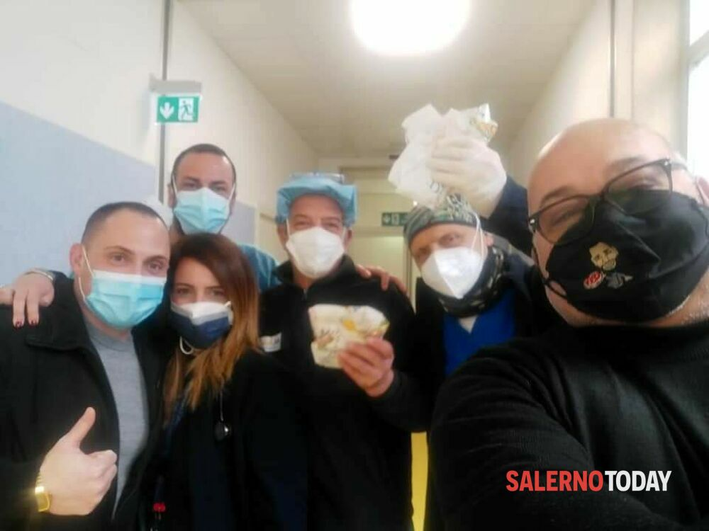 """Vigilia di Capodanno, Sbarra dona le """"pizze a portafoglio"""" all'ospedale di Nocera Inferiore"""