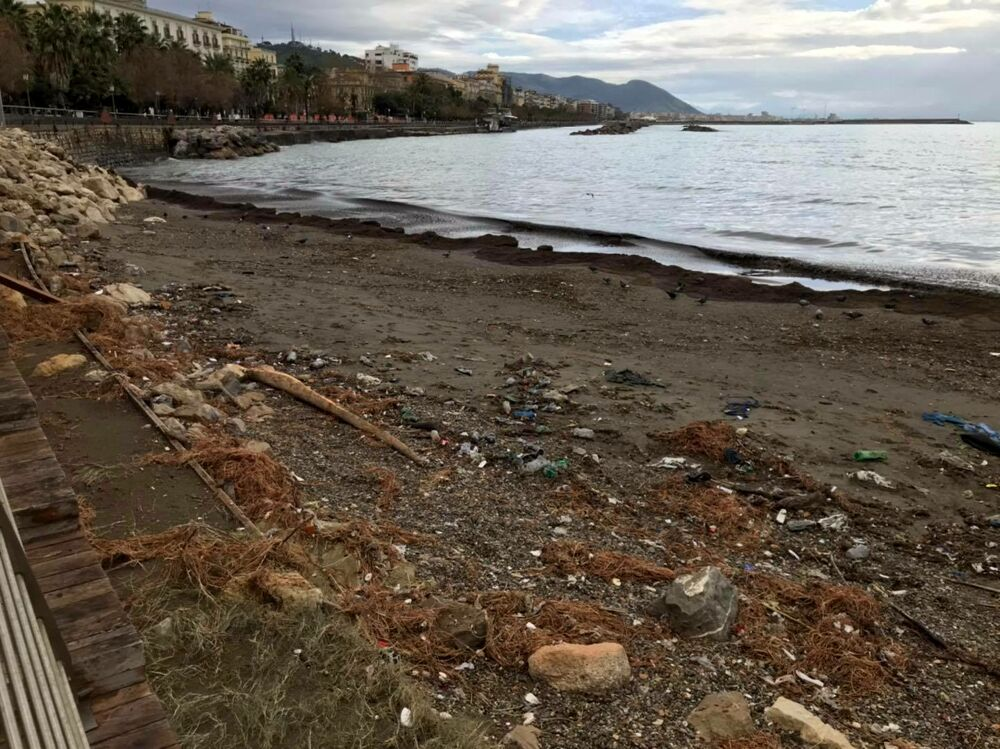 Forti mareggiate a Salerno, danni alla spiaggia di Santa Teresa