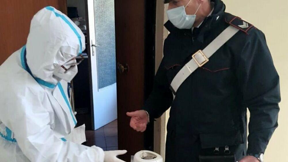 Paziente Covid in gravi condizioni: i carabinieri gli portano la bombola d'ossigeno