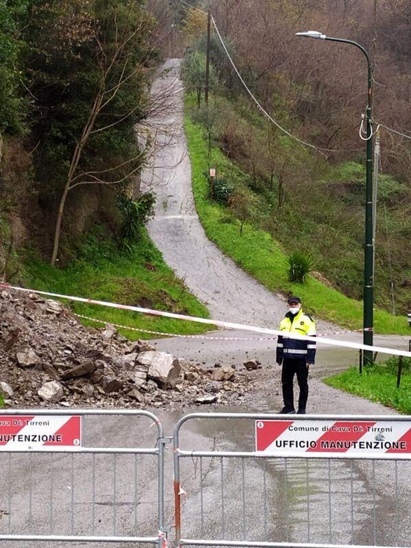 Danni maltempo: frana a Cava, intanto mareggiate e segnali stradali abbattuti a Salerno