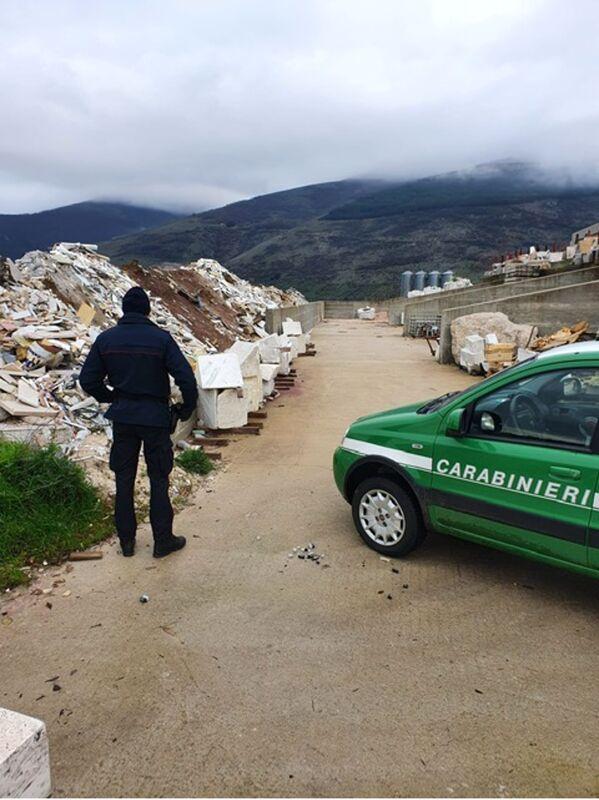 Blitz dei forestali in un opificio a Buccino: sequestrata discarica con rifiuti pericolosi