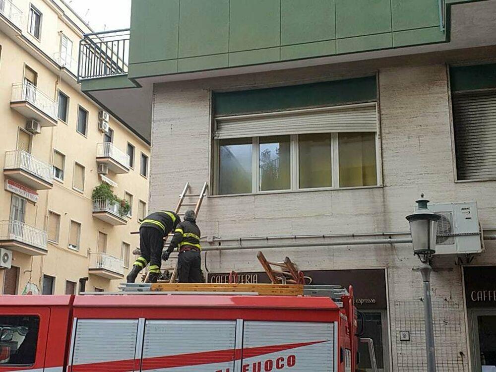 Maltempo in città, danni nei pressi del Corso: intervengono i caschi rossi