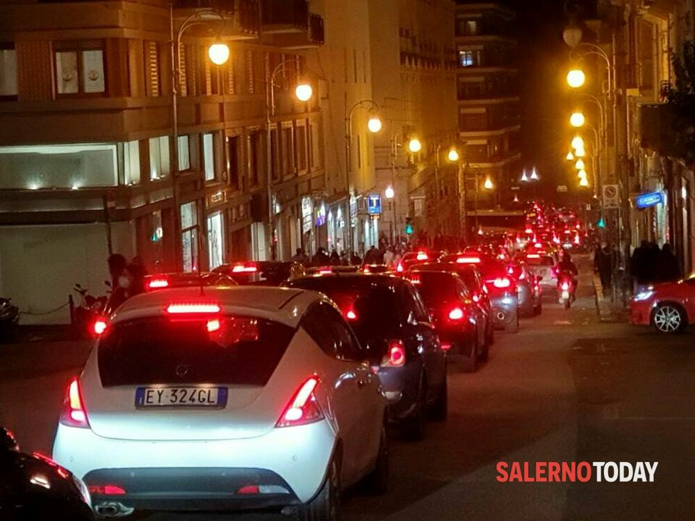 Folla di giovani e famiglie su Corso e Lungomare Trieste: traffico in tilt