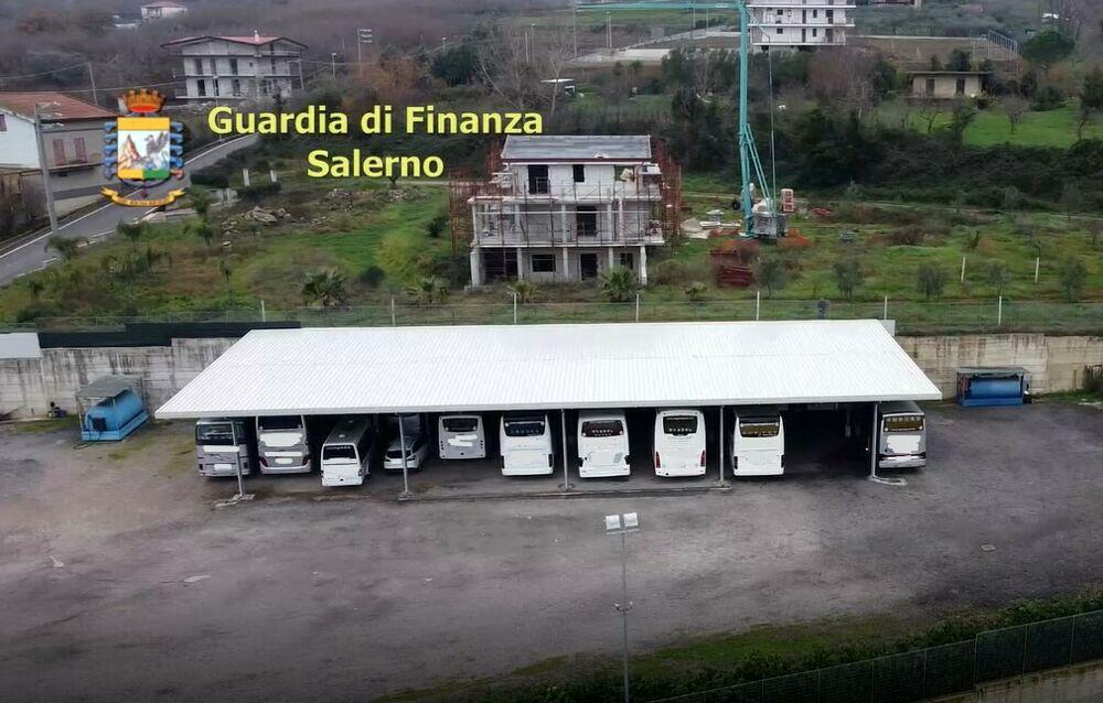 Riforniva bus turistici con gasolio agricolo: sequestri in un'azienda di trasporto dei Picentini