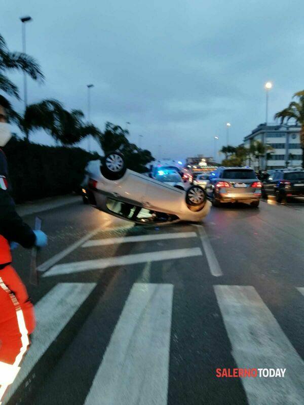 Incidente a Battipaglia, auto si ribalta sulla carreggiata: un ragazzo ferito